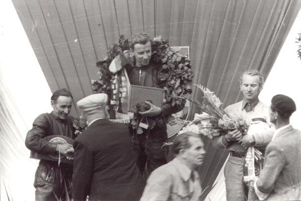 Sachsenring 1953, 1. Horst Fügner, 2. Bernhard Petruschke (links) Wer ist der Dritte? lt. Siegerliste: Hubert Luttenberger (ist es nicht - sagt er selbst) lt: DDR-Meisterschaft: Heinz Lasch (ist es nicht - sagt er selbst) Willi Richter (ist es nicht - sagt Horst Fügner)