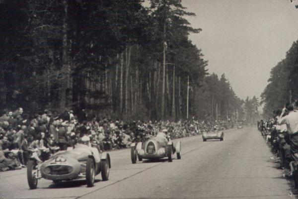 Dessau 1952, vorn Startnummer 45 Latarius, dahinter 104(?) Perduß(?) und 48 Kranke Wer ist der Fahrer in der Mitte?