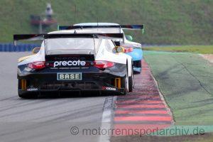 Breite, entlüftete Radhäuser, rießiger Heckflügel - der Porsche 911 GT3 R anno 2013