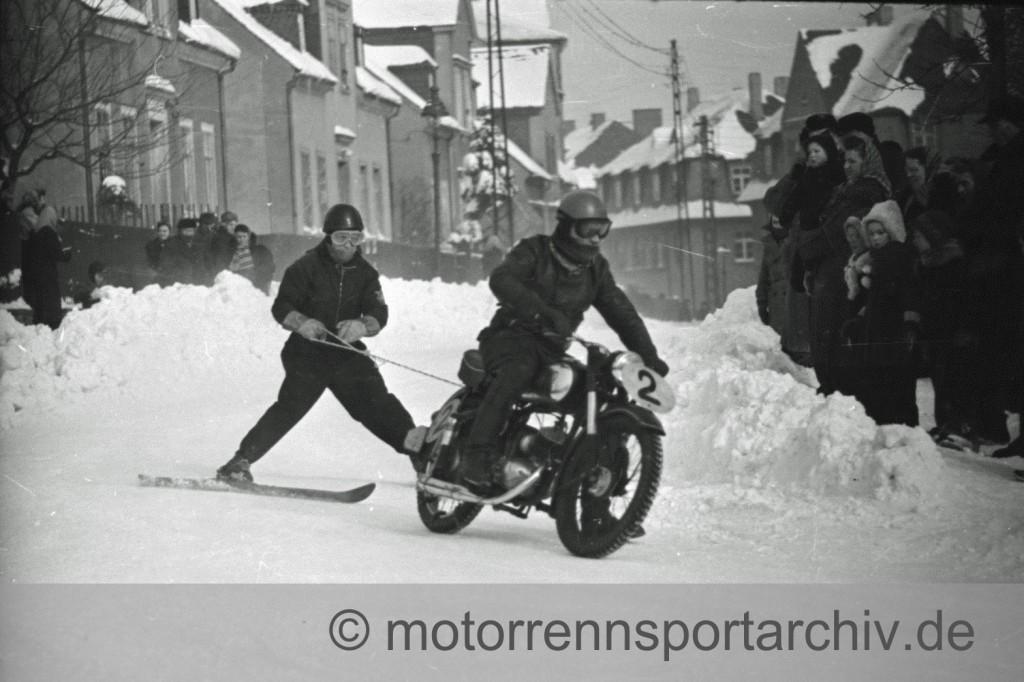 """Herbert Schaffrath auf der IFA RT 125 und Archivgründer Lothar Jordan auf den """"Bretteln"""" beim Ski-Jöring in Ehrenfriedersdorf 1956"""