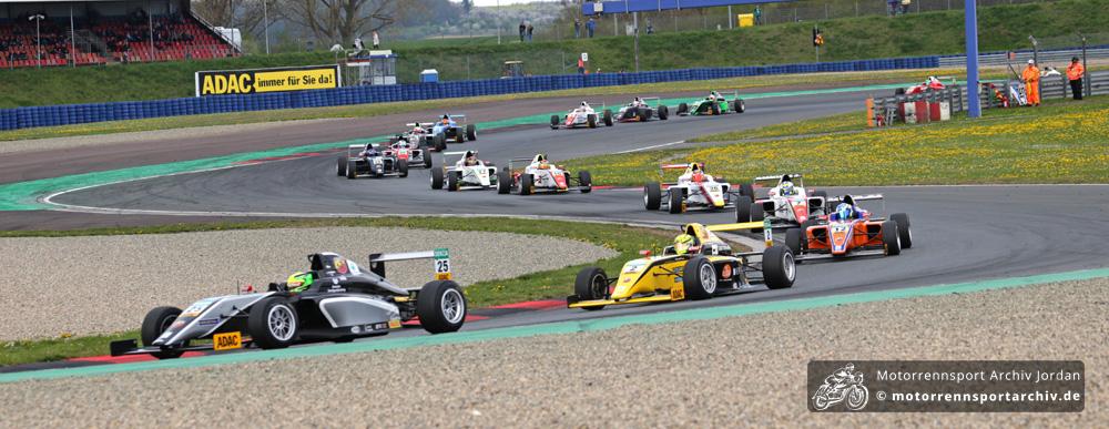 Mick Schumacher führt das Formel-4-Feld durch die Motorsport Arena Oschersleben