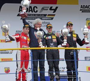 Teamchef Frits van Amersfoort (2. v.l.) kann stolz auf sein Nachwuchstalent Mick Schumacher (3. v.l.) sein