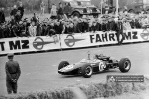 Kurt Ahrens nach seinem Sieg im Formel-3-Rennen auf dem Sachsenring 1966. Sein im Brabham aufgestellter Rundenrekord für Formel-3-Fahrzeuge von 3:12,2 Minuten besteht bis heute.
